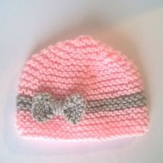 Bonnet bébé naissance rose tricot 0 3 mois - layette fille noeud gris sur  fond a5bbf9ffa57