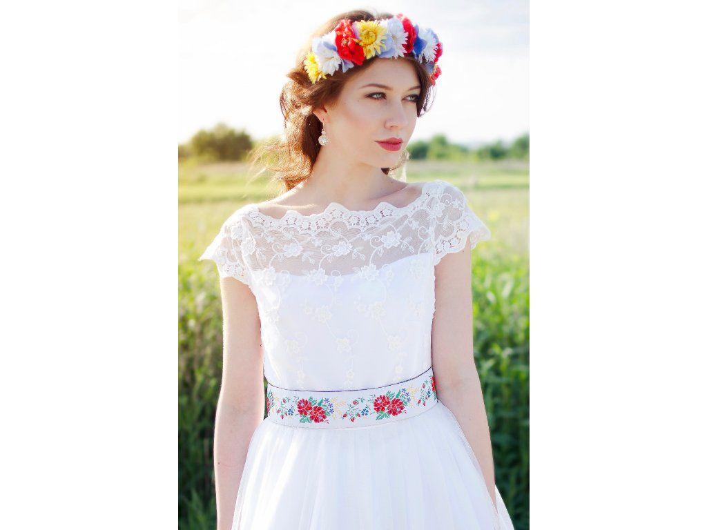 3380722fe Dlouhé folklórní svatební šaty . krajkový živůtek s lodičkovým výstřihem  starodávná bavlněná krajka sukně lemovaná bordurou