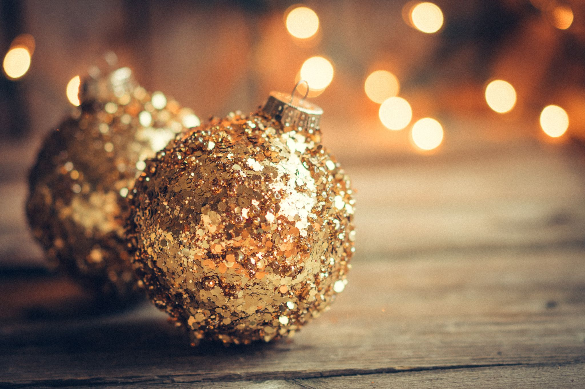 Golden Christmas Ornaments On Rustic Background Wallpaper Iphone Christmas Gold Christmas Wallpaper Christmas Ornaments