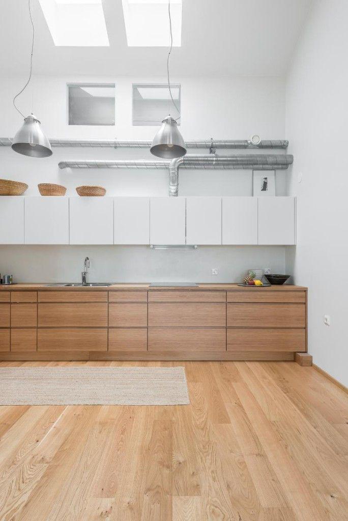 Un Apartamento Luminoso Que Combina Blanco Y Madera Ideas Decoradores Muebles Blanco Y Madera Muebles De Cocina De Madera Cocinas De Casa
