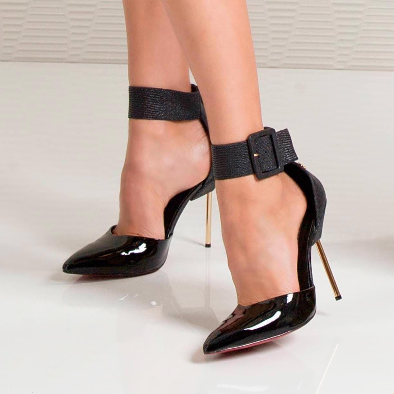 8673ca551 [Linha Confort] Foco total neste lindíssimo scarpin em verniz e salto  agulha dourado.