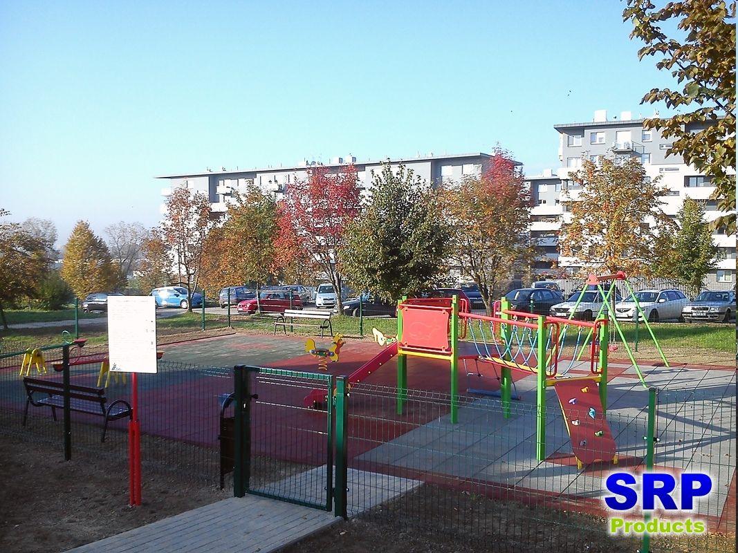 Fallschutzplatten - Kinderspielplatz in einer Wohnanlage. Flächengröße ca. 120qm, in grau, rot und grün.