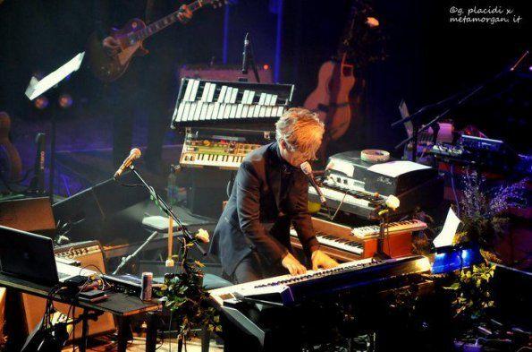 postazione di Morgan in concerto con i MemoranDom: piano, clavicembalo, glockenspiel, minimoog, diamonica e Fender Piano Bass
