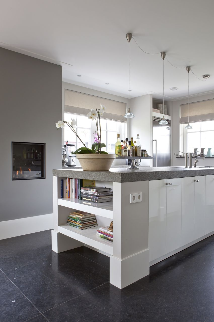 U opstelling keuken in de kleur zilverbruin met staafgrepenen ...