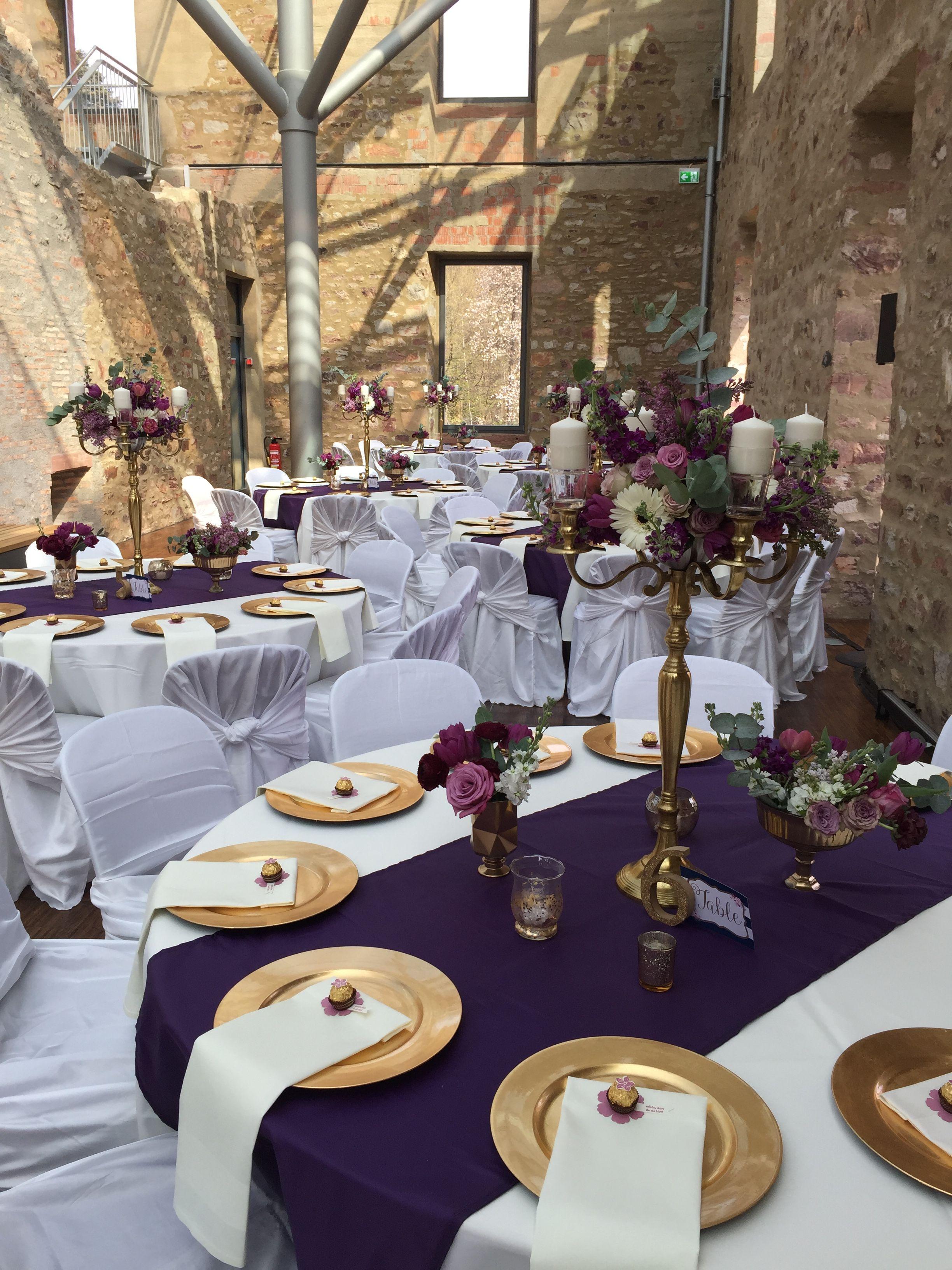Hochzeitsdekoration mit tischdeko im jagdschlo platte wiesbaden in purple gold und navy - Spanische tischdekoration ...