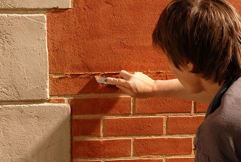 Comment réaliser un enduit coloré simple sur un mur?
