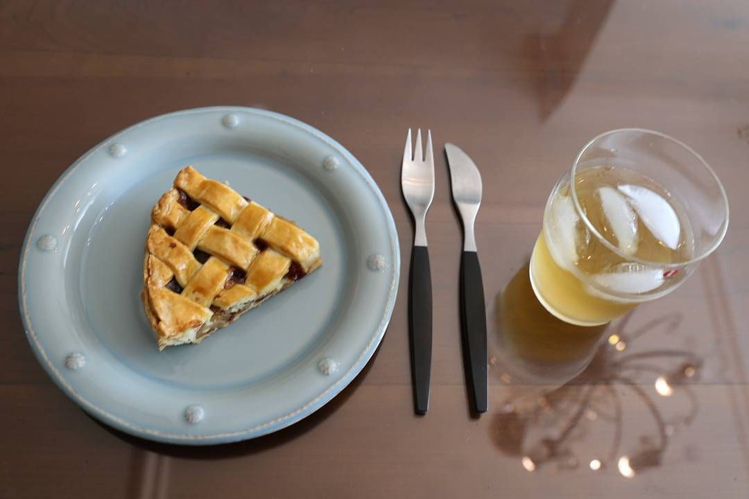 #애플파이#사과파이#파이 #applepie#pie#dessert  #desserttime #apple#디저트 #applejuice #사과쥬스 #홈메이드#홈베이킹 #줄리스카#베리앤뜨레드 #겐세#커트러리 #gense#juliska #iittalaglass  #iittala  애플파이에 애플쥬스 오늘은 애플의 날