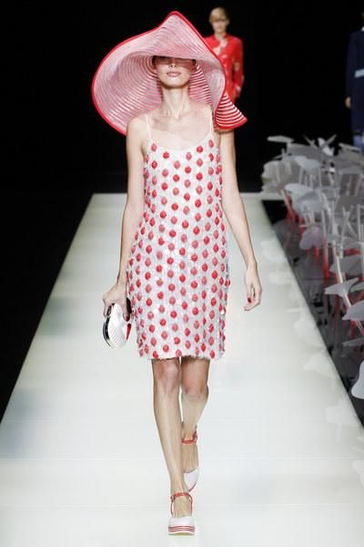 A vision in red at Giorgio Armani Spring 2016. See the entire collection on Vogue.com