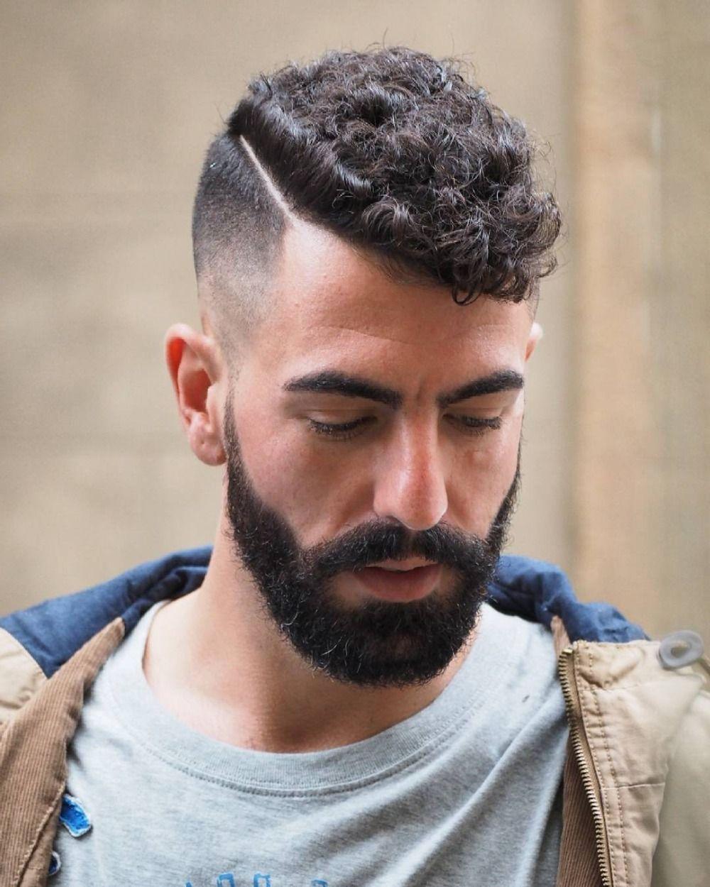 außergewöhnliche männerfrisur für lockiges haar mit kurz