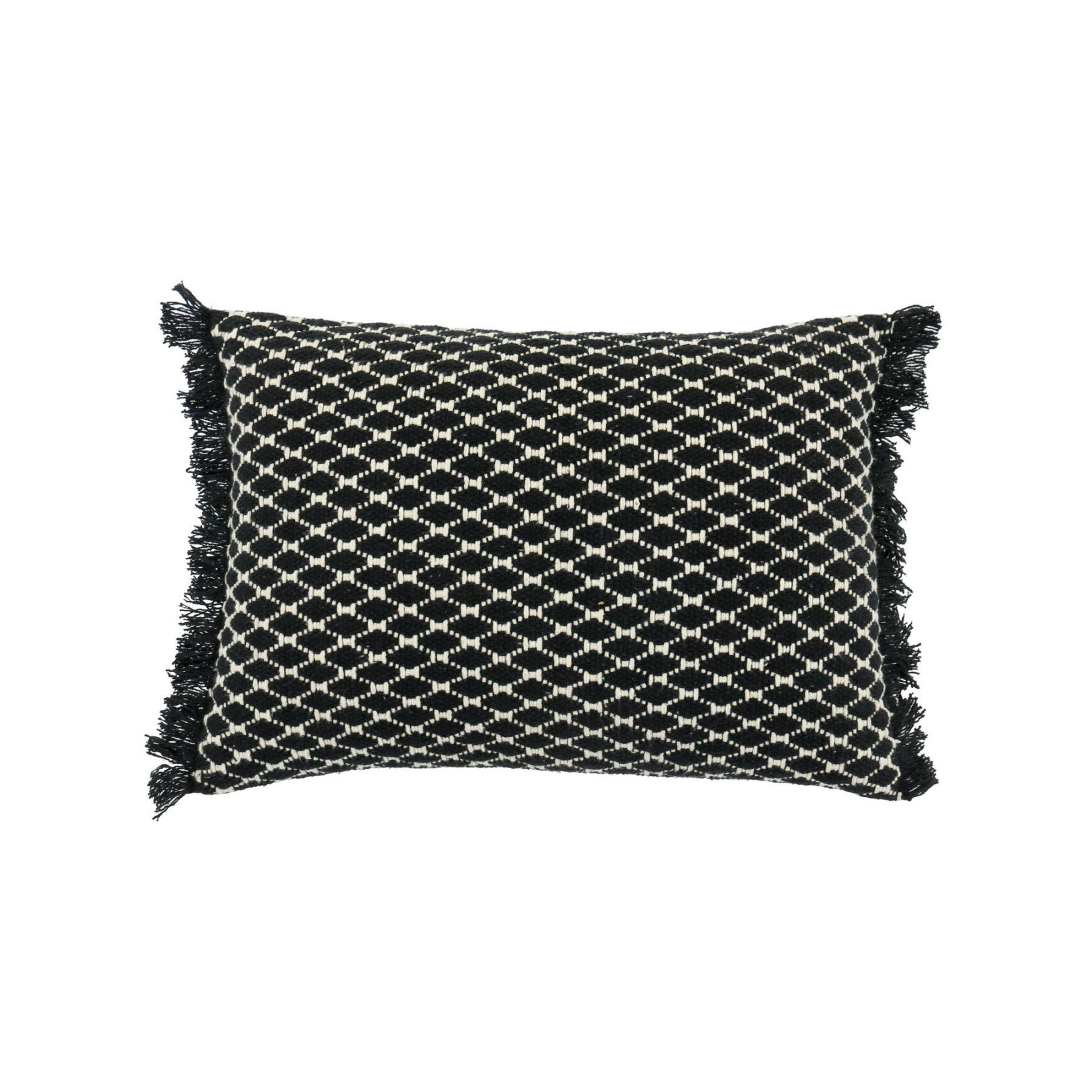 Coussin rectangulaire en coton tissé avec franges. Un style berbère très à la mode. Posez le sur votre canapé ou votre lit pour un rendu tendance. Coussin déhoussable et conforme aux exigences du décret 2000-164 daté du 23/02/2000. Dimensions (cm) : H35 x L50