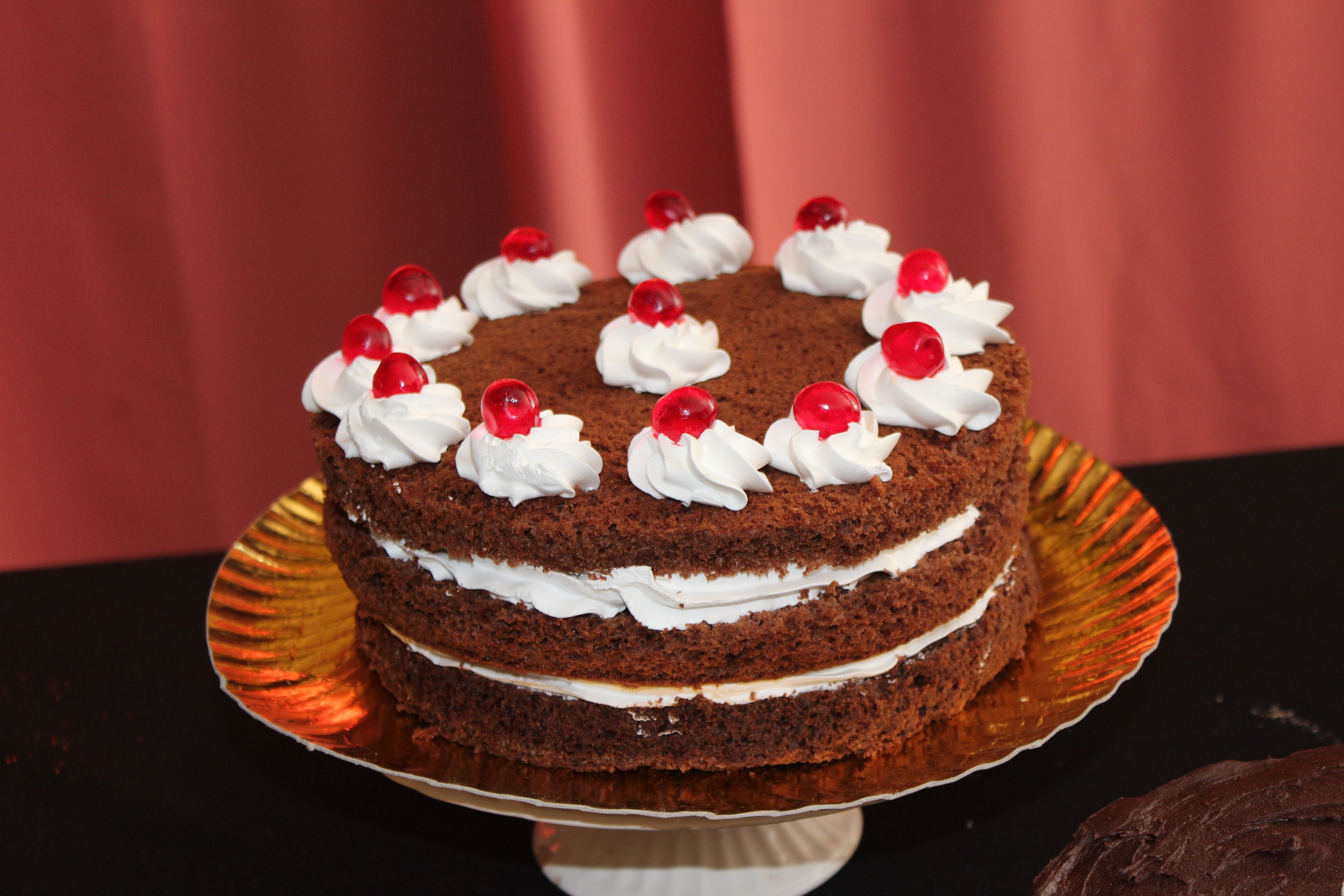 Torta selva negra, chocolate, crema chantilly y cerezas