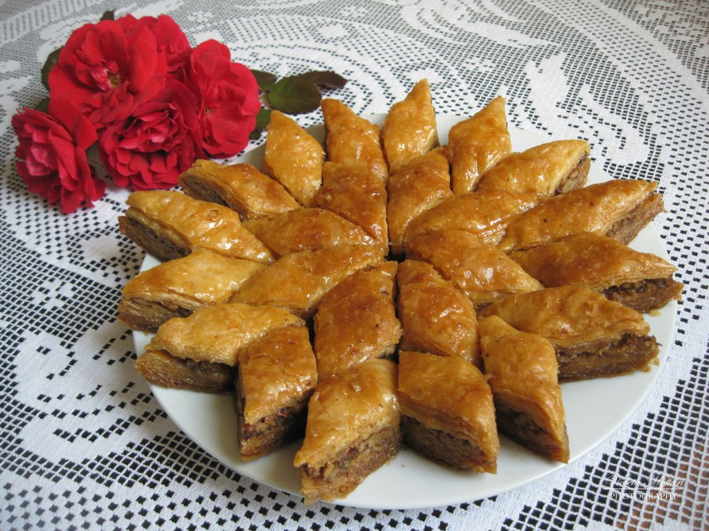 Cucina Albanese Tipica Bakllava Is A Puff Pastry With Nuts And Syrup Bakllava Nel 2019