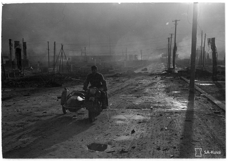 Moottoripyörälähetti Rovaniemen Valtakadulla 16. lokakuuta 1944
