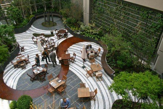 Une bulle verte au coeur d 39 un h tel parisien paving pattern landscaping and patterns for Jardin design magazine