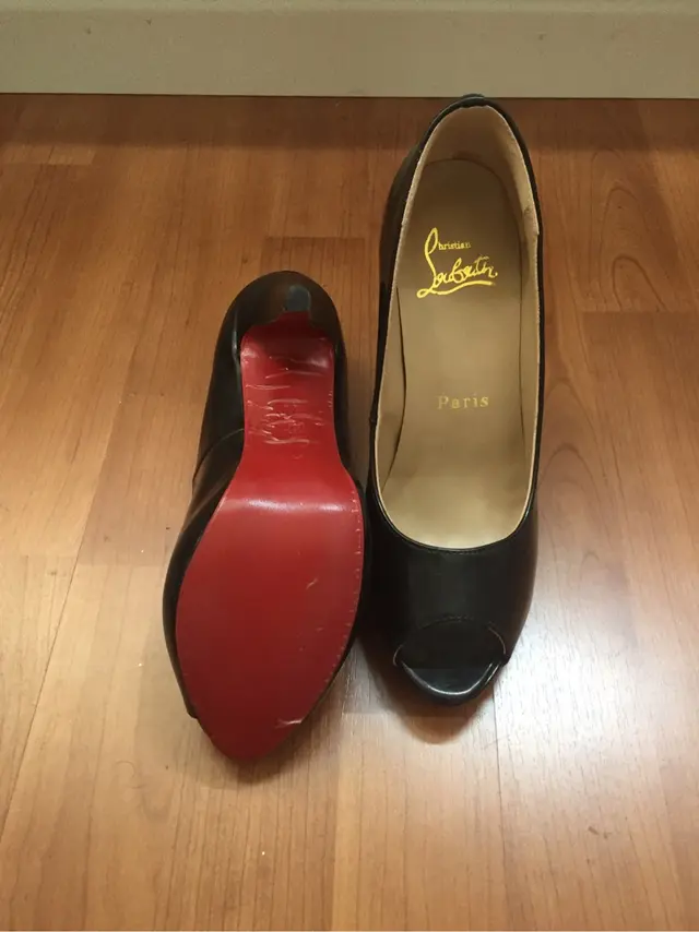 Zapatos suela roja negros Louboutin de segunda mano por 50