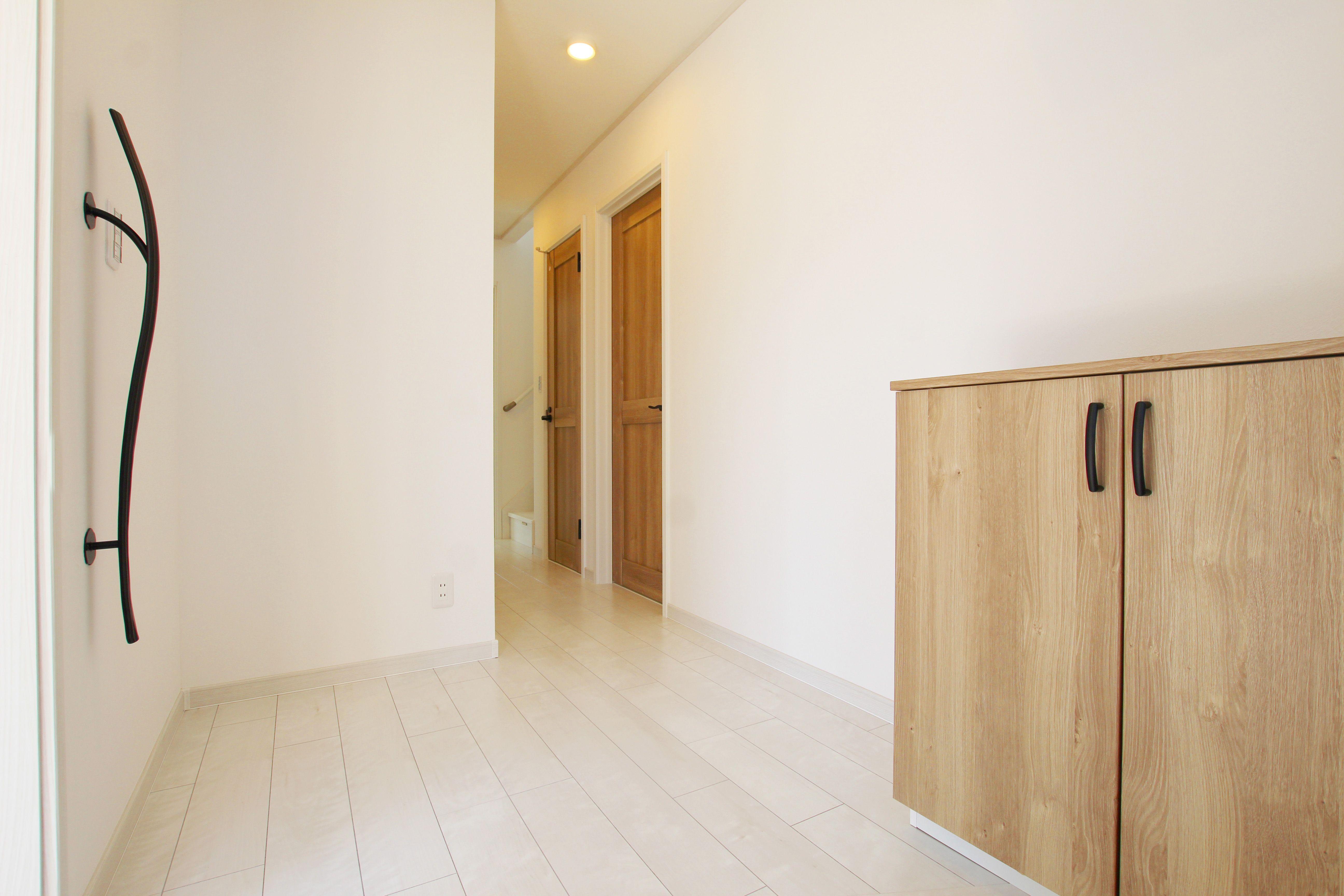 お客様をお迎えする玄関ホール 白を基調とした内装に 木目調の