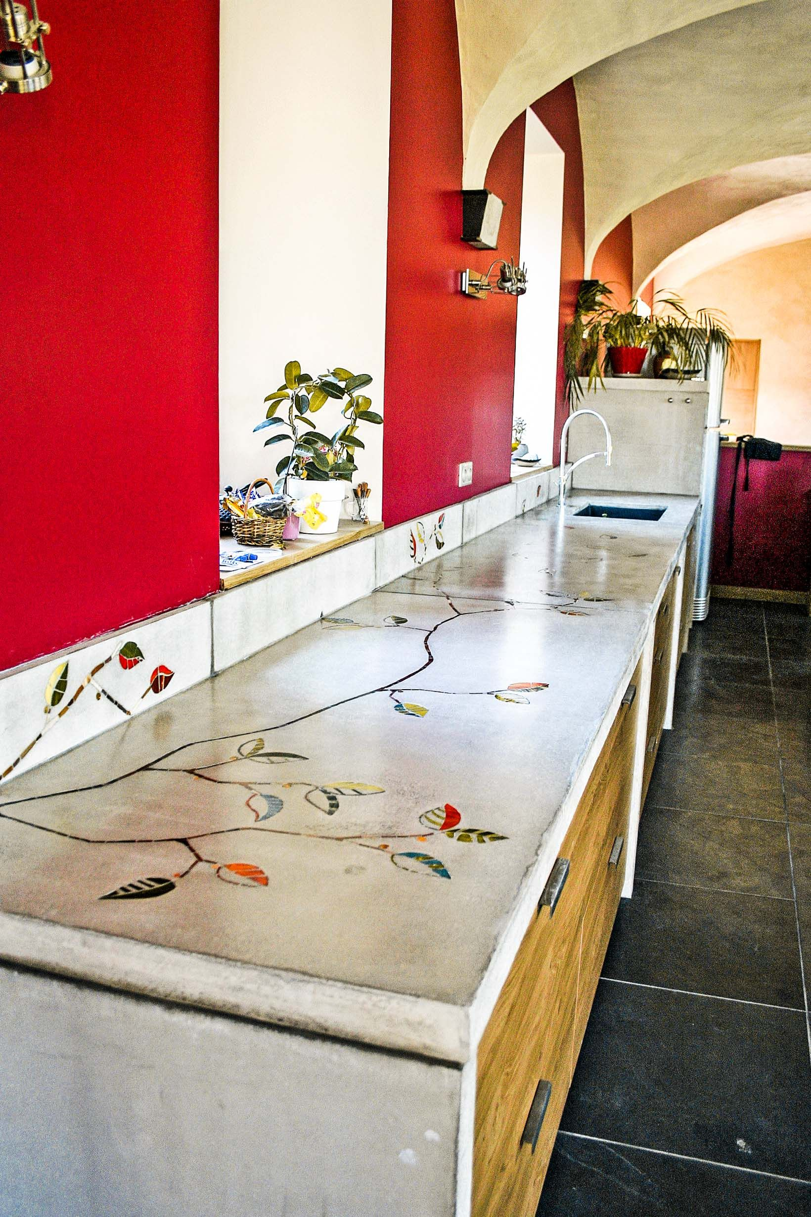 Plan de travaille en mosaïque et bétons ciré. ZagZag - Atelier mosaïque #Cuisine #Mosaïque #Béton