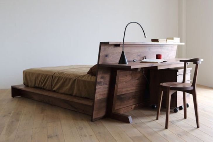 lit en bois avec bureau fixe a la tete de lit