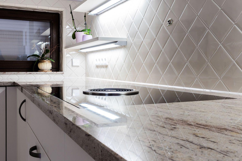 Helle Landhausküche - Diagonal verlegte Wandfliesen spiegeln sich in ...