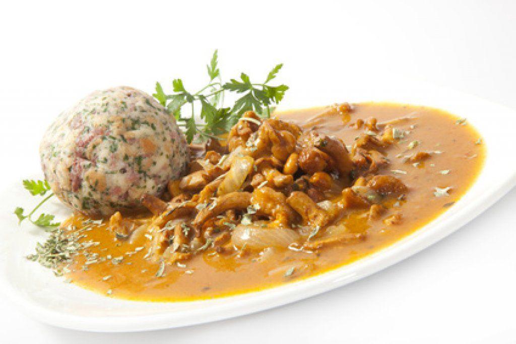 Die beliebten Schwammerln in Kombination mit vielen leckeren Zutaten: Das Eierschwammerl-Gulasch mit Laugengebäck ist ein Rezept für echte Genießer.