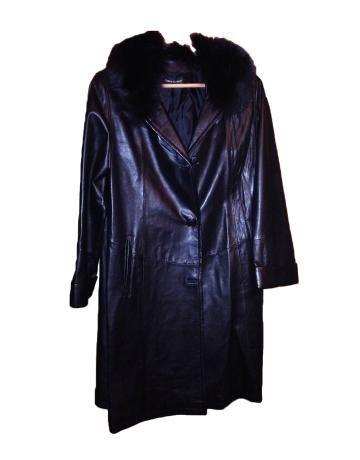 Abrigo de cuero negro de Marco Gianotti