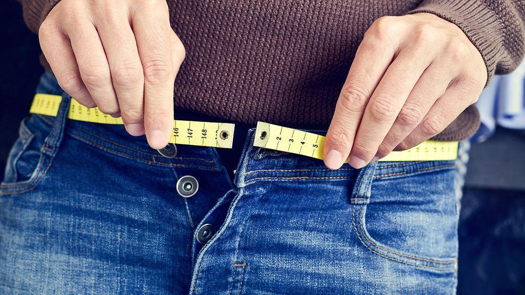 Kiristävätkö housut? Syy voi löytyä muustakin kuin roskaruoan ahmimisesta.  Copyright: Shutterstock.