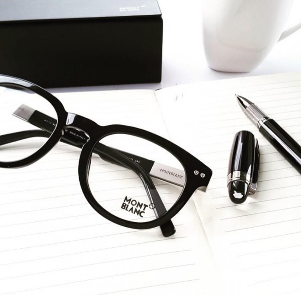 Um belo óculos MontBlanc. Quem não ama  Ideal para homens que prezam pelo  estilo e elegância!  oticaswanny  montblanc  homenscomestilo 0a14333891