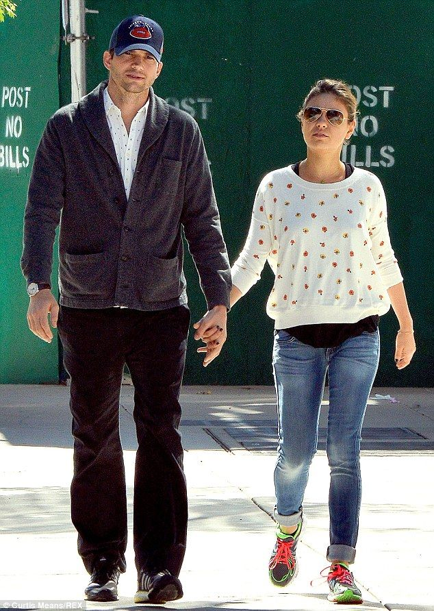 Mila Kunis Attends Her Brotherl S Wedding With Ashton Kutcher Mila Kunis Casual Outfit Inspiration Denim Outfit