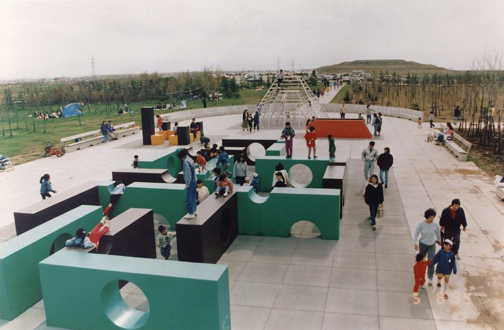Isamu Noguchi, Moerenuma Park (1988-2000), Sapporo, Japan. (© The Noguchi Museum)