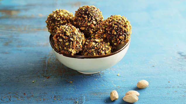 Chokladbollar är en stor favorit! Älskar du som vi att göra egna chokladbollar? Varför inte prova nya varianter och smaker. Här bjuder vi på 10 spännande chokladbollsrecept!