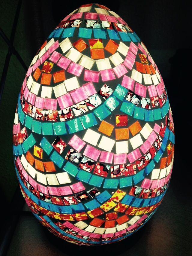 L mpara de huevo realizada con mosaicos de cristales de - Mosaicos de colores ...