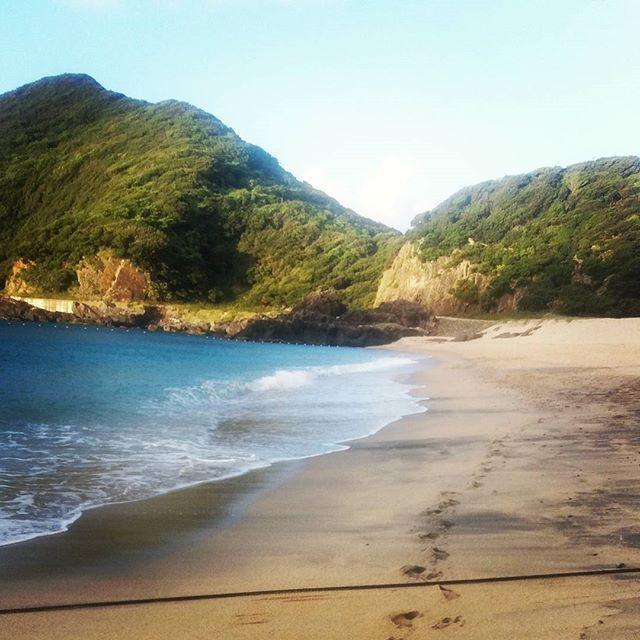 【chiaarachan】さんのInstagramをピンしています。 《#海 #Japan #beach #yakushima #desertisland #deserted #sand #water #sky #waves🌊 #mountains》