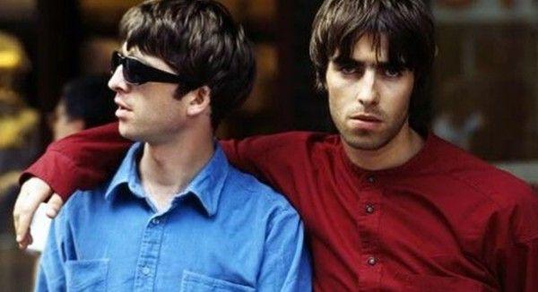 """LAS VUELTAS EN LA VUELTA DE OASIS Tras participar en un show de Beady Eye, la agrupación de Liam Gallagher, el ex guitarrista de esta emblemática banda de brit pop, Paul """"Bonehead"""" Arthurs, declaró a NME que está seguro de que la reunión de Oasis puede ser más fácil de lo que se cree, y que es cuestión de que llegue la oferta, ya que Liam aceptaría sin vueltas porque es su pasión."""