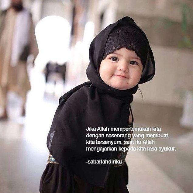 Jika Allah mempertemukan kita dengan seseorang yang membuat kita tersenyum saat itu Allah mengajarkan kepada kita rasa syukur. .  Tag 5 Sahabatmu dan Like Sebagai Bentuk Syukur Kita Hari ini  .  Majelis @TausiyahCinta_ || Dakwah dan Inspirasi . By @sabarlahdiriku
