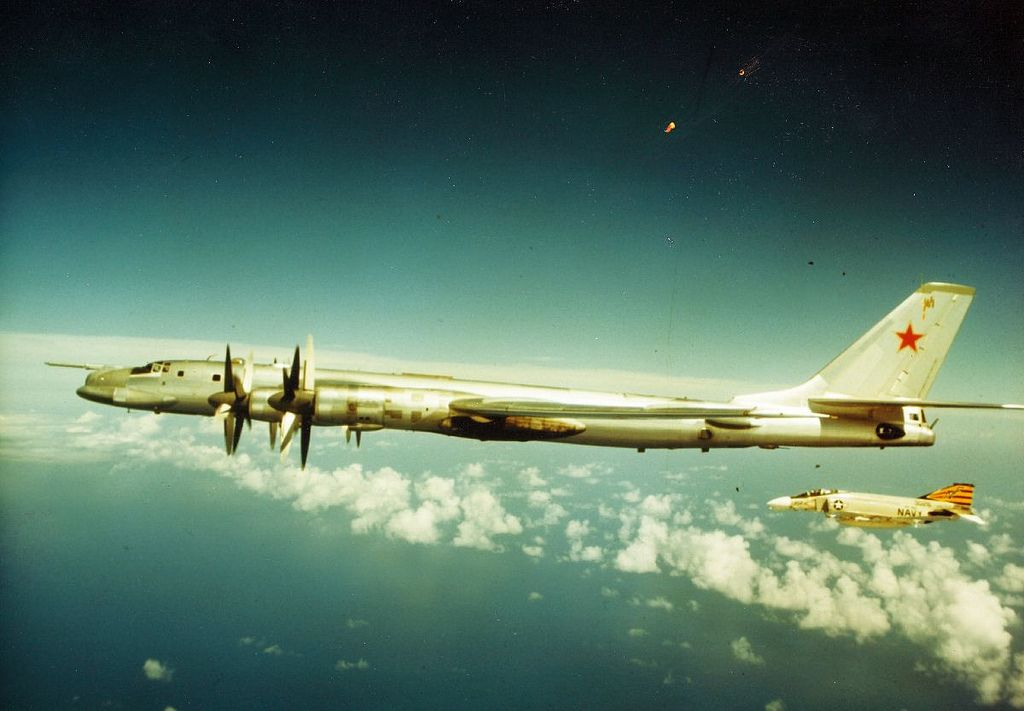[Photo] When US Navy F-4 Phantom jets met Soviet Tu-95 Bear bombers