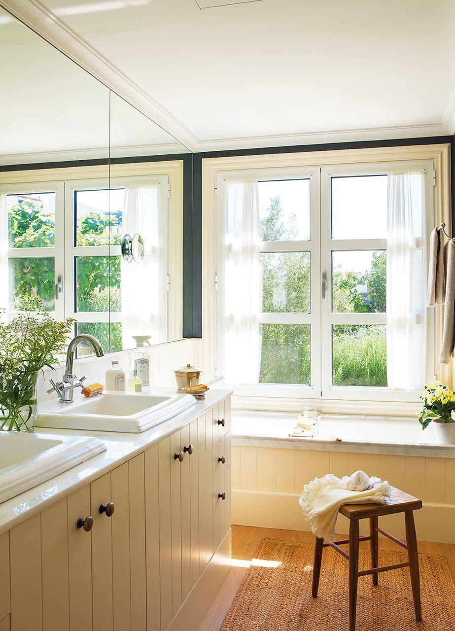 Baño con bañera bajo la ventana. Baño principal con ventana sobre la ...