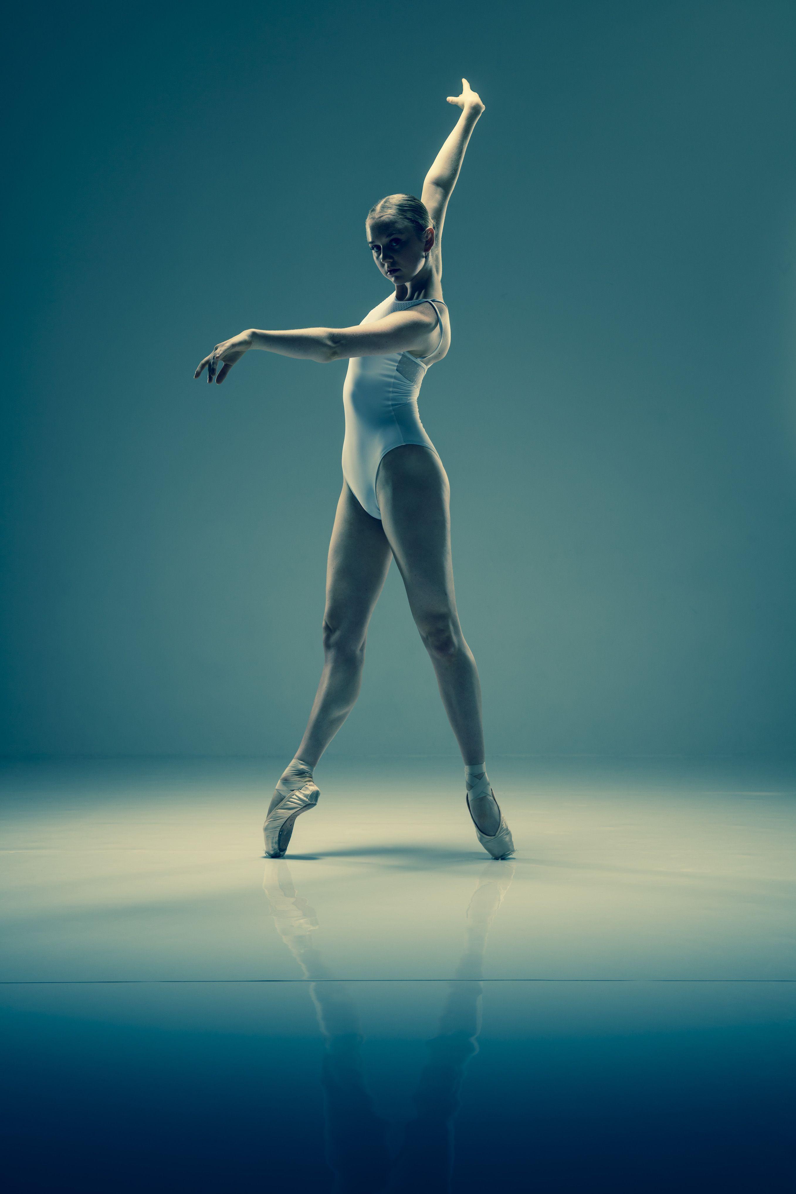 Amateur ballet dancer practicing — pic 3