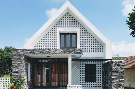 Casa de dos pisos pequeña, fachada con muros calados y estructura - bao de piedra