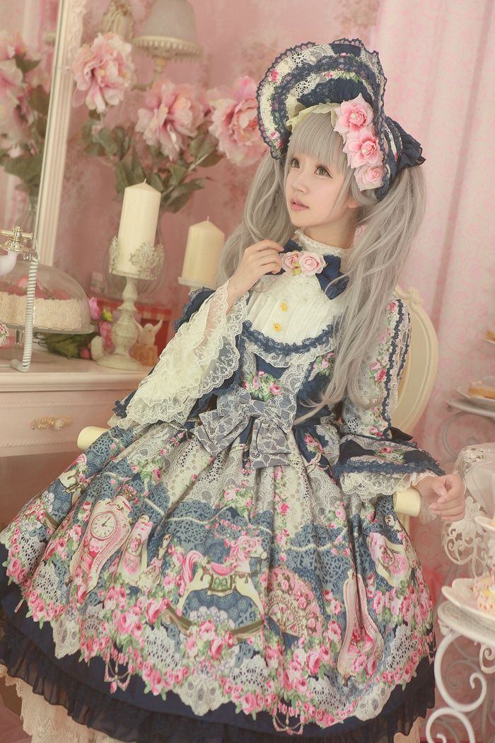Belle Epoque Rose:  橘玄叶MACX邪恶的小芽. Beautiful lolita. It looks surreal and sweet with lots of pastel colors and amazing fabric details on the dress <3