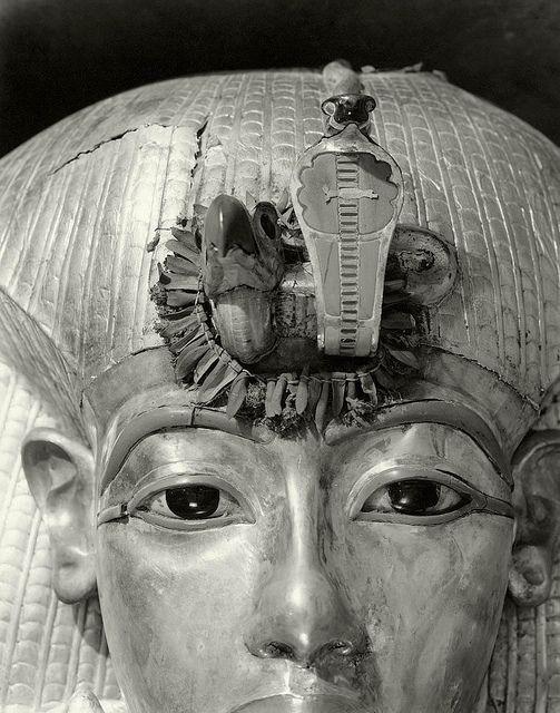 Outermost Coffin of Tutankhamun, 1926, by Harry Burton, via Flickr. --- Es increible como captaron parte de esa mirada profunda...