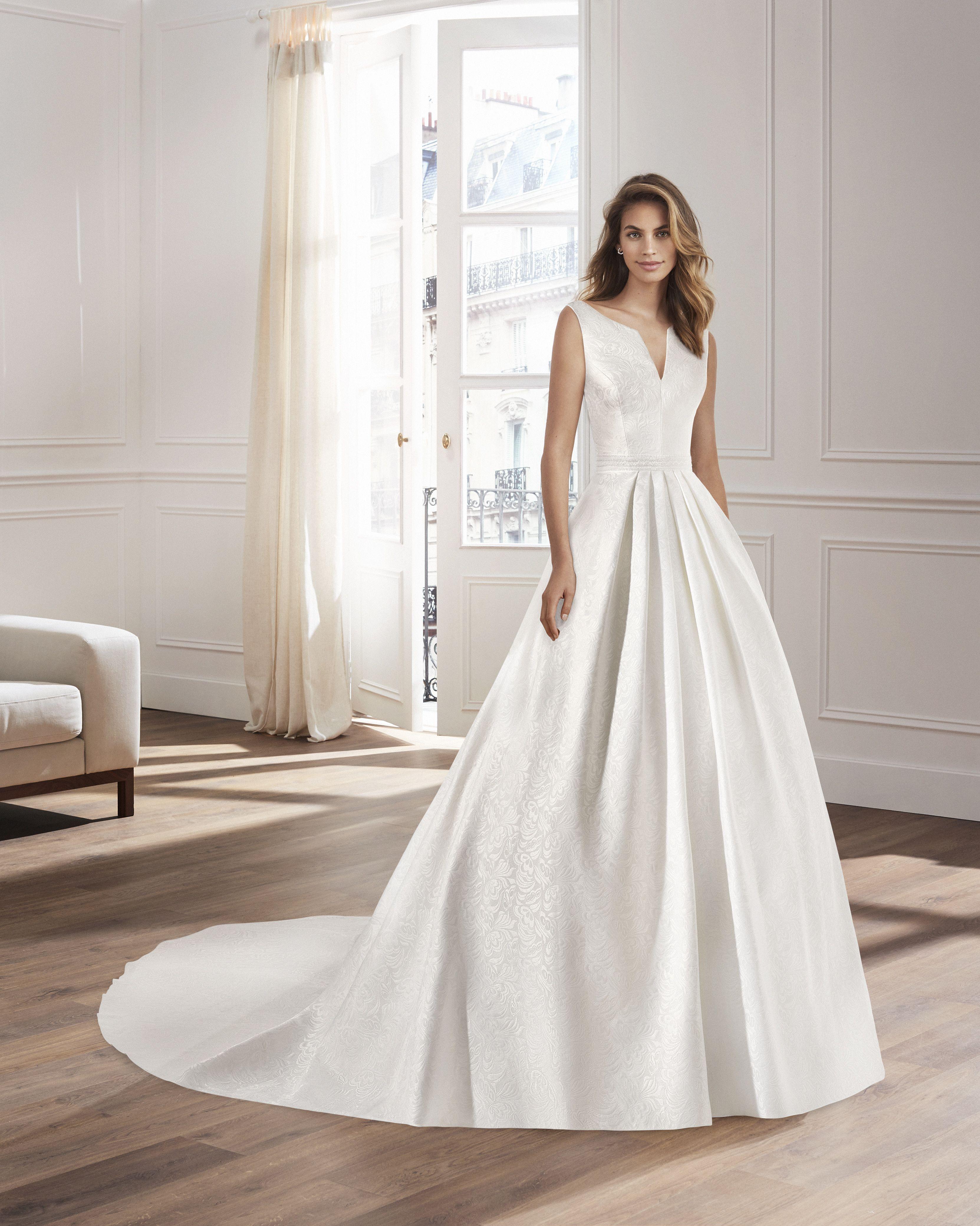 17bc224ac2 Yvette Lunanovias by Rosa Clarà Un'abito da sposa ampio in broccato ...