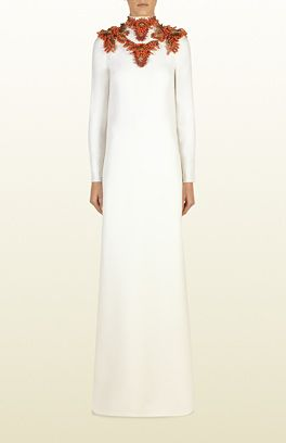 beyaz uzun elbise, yakası çiçek detaylı elbise