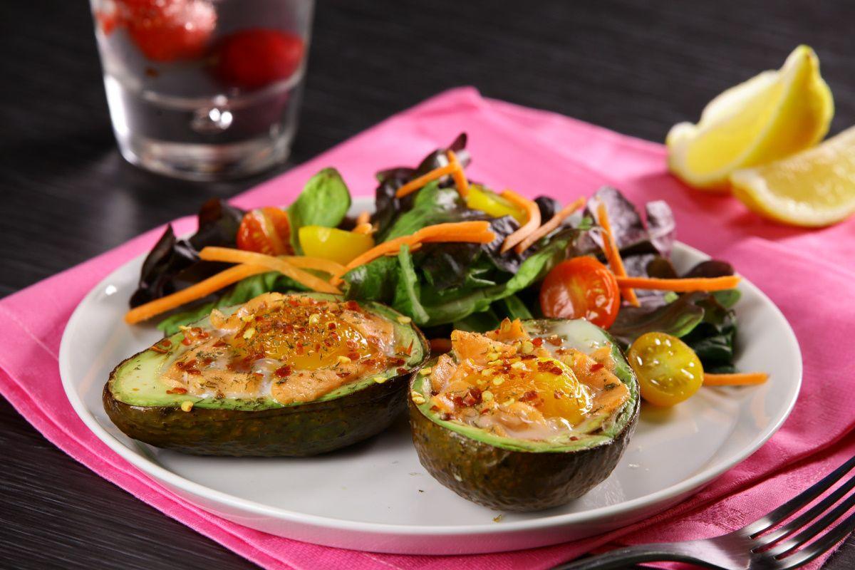 Aguacates rellenos saludables para preparar una comida ligera cuando quieres bajar de peso.