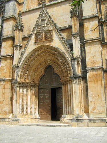 Entrada lateral do Mosteiro da Batalha