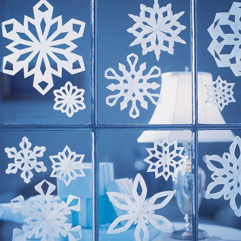 Déco fenêtre Noël avec des flacons de neige en papier