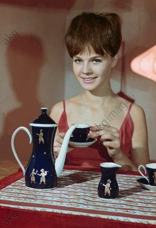 Junge Frau Mit Modernem Kaffeeservice Foto Undat Um 1965 Kurt Hartmann Leipzig Ddr Ddr Bilder Ddr Inspirierende Kunst