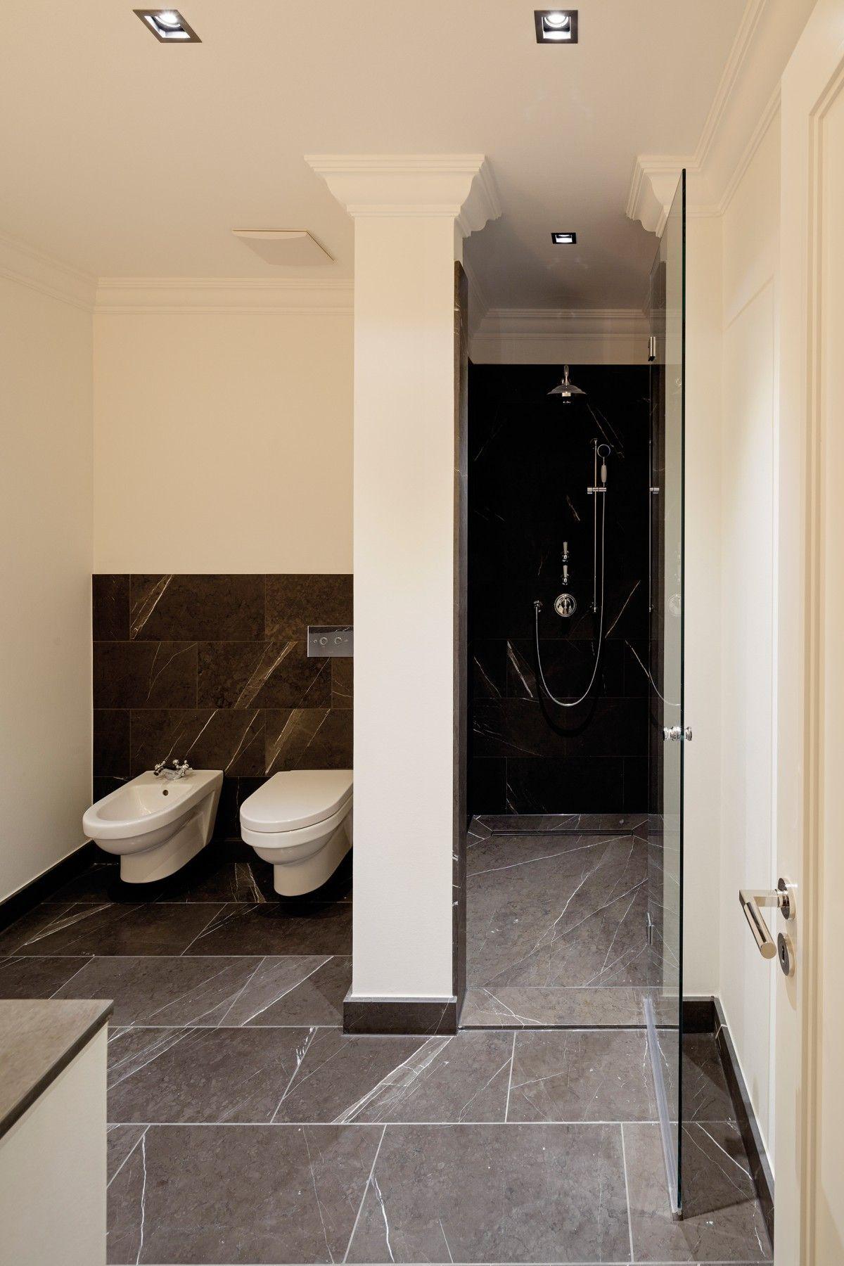 Dunkle Naturstein Fliesen Und Stuck An Der Decke Veredeln Dieses Badezimmer Carmenstrasse Ralf Schmit Bathroom Mirror Kitchen And Bath Lighted Bathroom Mirror