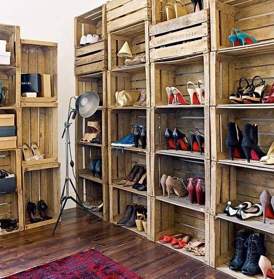 Zapatero con cajas de madera.
