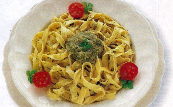 Receta de Fettuccini al pesto en http://www.recetasbuenas.com/fettuccini-al-pesto/