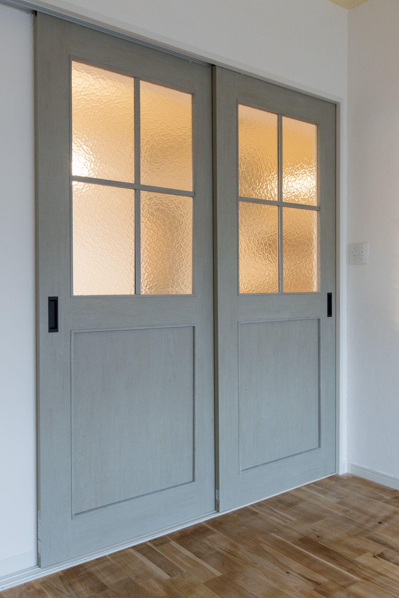 扉です 扉は引き戸で色合いも落ち着いたものとなっています